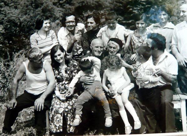 Լուսանկարում՝ ձախից աջ Առաջին շարքում-Անուշ Աղաբաբյան (Իգնատ Մամյանի քրոջ դուստրը), Լևոն Բլբուլյան, Նիկոլ Աղաբաբյան (քրոջորդին), Արսեն Աղաբաբյան (քրոջորդին), Ալինա Աղաբաբյան (քրոջ դուստրը), Լաուրա Մամյան (քույրը), Համլետ Մուղդուսյան (ավագ քրոջ ավագ որդին) Երկրորդ շարքում-Սերյոժա Մամյան (Իգնատ Մամյանի ավագ եղբայրը), Արմենուհի Ծատուրյան (Ի.Մամյանի կինը), Հմայակ և Սաթենիկ Մամյաններ (Ի. Մամյանի ծնողները), Իգնատ Մամյան Երրորդ՝ թոռների շարքում – Դավիթ Մամյան, Հասմիկ Մուղդուսյան, Սասուն Մամյան Ընտանեկան ալբոմից- Նոյեմբերյան, Վարդավառ, 1980 Լուսանկարը՝ Սեյրան Մալինցյանի